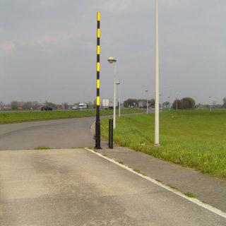 Handbediende slagboom met steun achteraan open langs weg